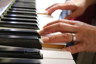 木製のまな板にピアノ - No.813549