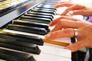 ピアノを持っている手 - No.813551