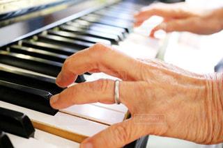 ピアノを持っている手の写真・画像素材[813555]