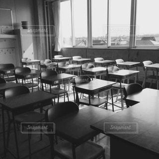 ダイニング ルームのテーブル ウィンドウの前での写真・画像素材[821175]
