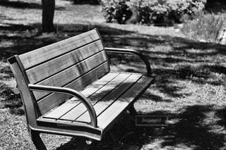 公園の真ん中に座っている木製のベンチ - No.821180