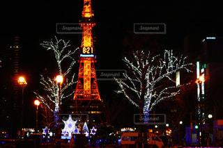 夜のライトアップされた街の写真・画像素材[895153]