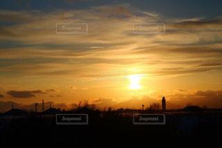 街に沈む夕日の写真・画像素材[956906]