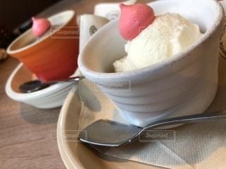 テーブルの上のアイスクリームの写真・画像素材[1356709]