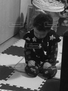 テーブルに座っている小さな男の子の写真・画像素材[706816]
