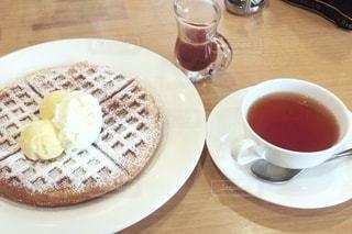 食べ物の皿とコーヒー1杯の写真・画像素材[2694227]
