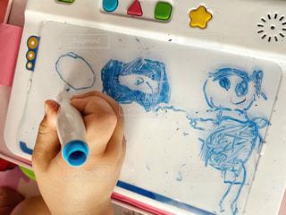 屋内,手,女の子,ペン,人,こども,幼児,手書き,紙,おえかき,おうち時間