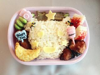 皿の上に異なる種類の食物で満たされたプラスチック容器の写真・画像素材[3645353]