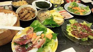 テーブルの上に食べ物の束の写真・画像素材[781839]
