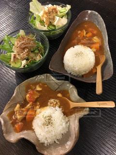 テーブルの上に食べ物の束の写真・画像素材[781990]