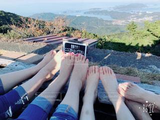 山の上に座っている女性の写真・画像素材[894469]