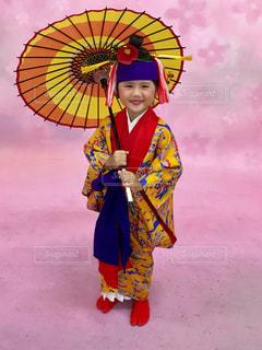 カラフルな傘を保持している女性の写真・画像素材[856069]