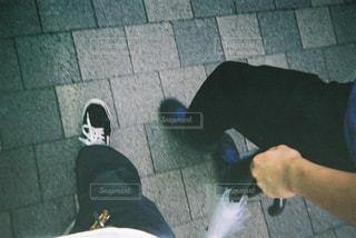 歩道の上に立っている人の写真・画像素材[719384]