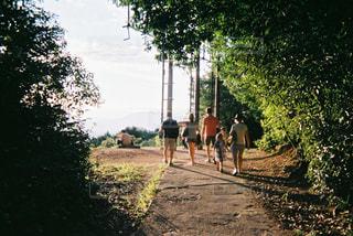 未舗装の道路を歩いて人々 のグループ - No.719385