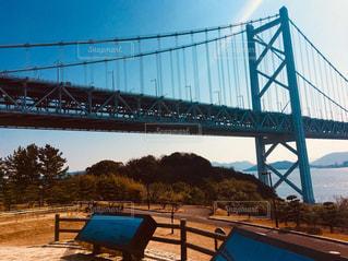 水の体の上を橋を渡る列車の写真・画像素材[1036015]