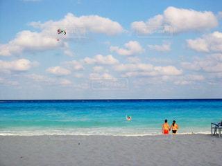 浜辺で海の横にある人々 のグループ - No.710043