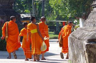 通りを歩く人々 のグループ - No.710265