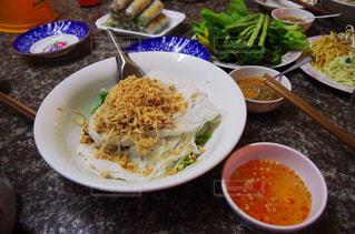 テーブルの上に食べ物のボウル - No.806181