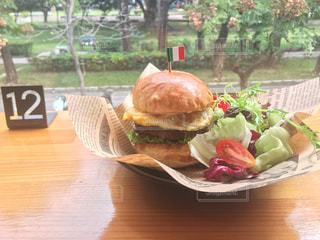 サンドイッチは、ピクニック テーブルの上に座っています。 - No.910651