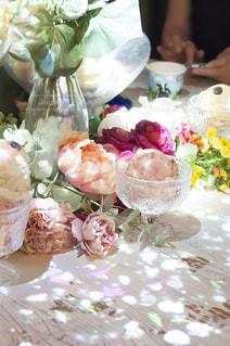 テーブルの上の花の花瓶の写真・画像素材[884269]