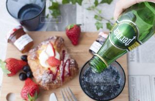 料理とテーブルの上の瓶のプレートの写真・画像素材[917548]