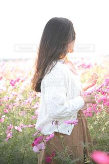 花を持った少女の写真・画像素材[1617124]