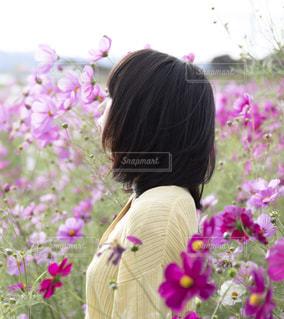 紫色の花を身に着けている人の写真・画像素材[1617308]