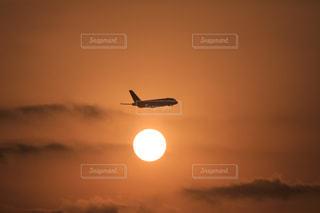空を飛ぶ飛行機の写真・画像素材[2884251]