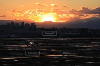 空,屋外,太陽,雲,夕暮れ,飛行機,光,空港,高層ビル