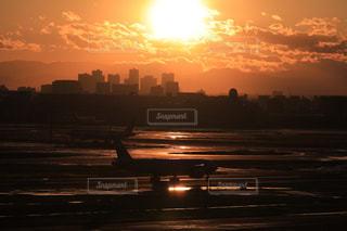 空,ビル,太陽,夕焼け,飛行機,光,空港,水溜り