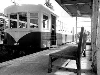 廃線に止まる電車 - No.817298