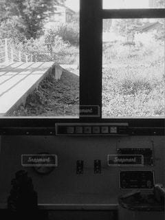 廃線に置かれた電車の中からの写真・画像素材[824487]