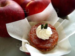 タルトタタン風りんごとカスタードクリームのパイの写真・画像素材[830109]