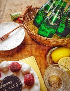バースデーケーキとペリエの写真・画像素材[902137]