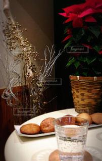 冬,赤,テーブル,クリスマス,ポインセチア,クッキー,装飾,ドリンク,ゴールド,シルバー,炭酸水,スパークリングウォーター