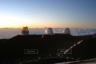 マウナケア山頂の天文台群と夕焼けの写真・画像素材[959224]