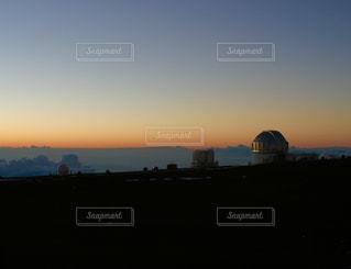 マウナケア山頂の天文台群と夕焼けの写真・画像素材[959225]