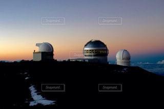 マウナケア山頂の天文台群と夕焼けの写真・画像素材[959227]
