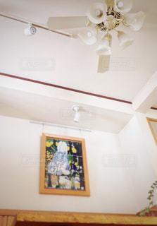 インテリア,マイホーム,白,絵,アート,ライト,テーブル,木製,絵画,照明,天井,リノベーション,スポットライト,ホワイト,作品,空間,開放感,九谷焼,シーリングファン,バリアフリー,陶板,基調