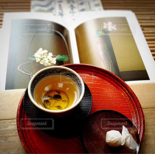 ほうじ茶と和菓子の写真・画像素材[1046884]