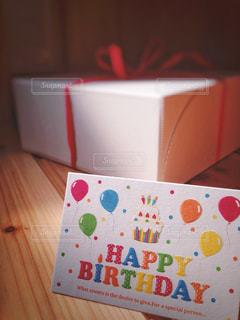 バースデーケーキとメッセージカードの写真・画像素材[1097311]