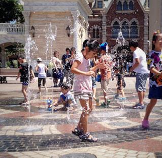 子ども,夏,水,暑い,女の子,楽しい,人物,人,笑顔,噴水,こども,小学生,ディズニーシー,水遊び,猛暑,複数,水浸し
