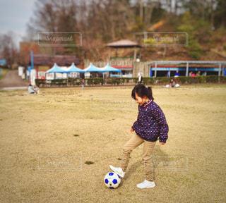 サッカーボールと少女の写真・画像素材[1186189]