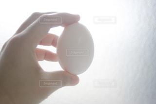 卵を持つ手の写真・画像素材[1187492]