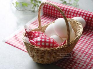 カゴに入った卵の写真・画像素材[1190149]