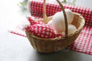 カゴに入れた卵の写真・画像素材[1190220]