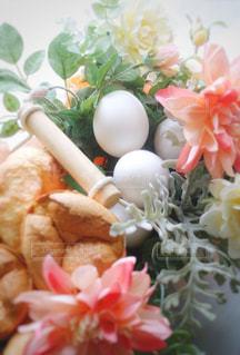 バスケットに卵を入れての写真・画像素材[1194006]