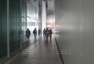金沢21世紀美術館の中を歩く人々の写真・画像素材[1198013]