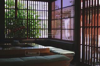 カフェの格子戸の写真・画像素材[1221634]