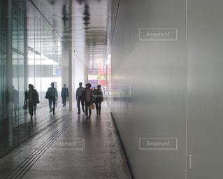 ドアを通って歩いている人々 のグループの写真・画像素材[1222293]